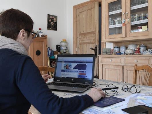 Un télétravailleur du Service public régional de Bruxelles travaillant à domicile