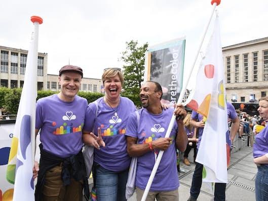 Nos collègues d'equal.brussels portent les couleurs du Service public régional de Bruxelles sur leur stand et dans le cortège de la Belgian Pride