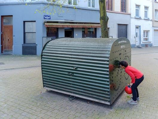 Kind dat in een fietsbox kijkt