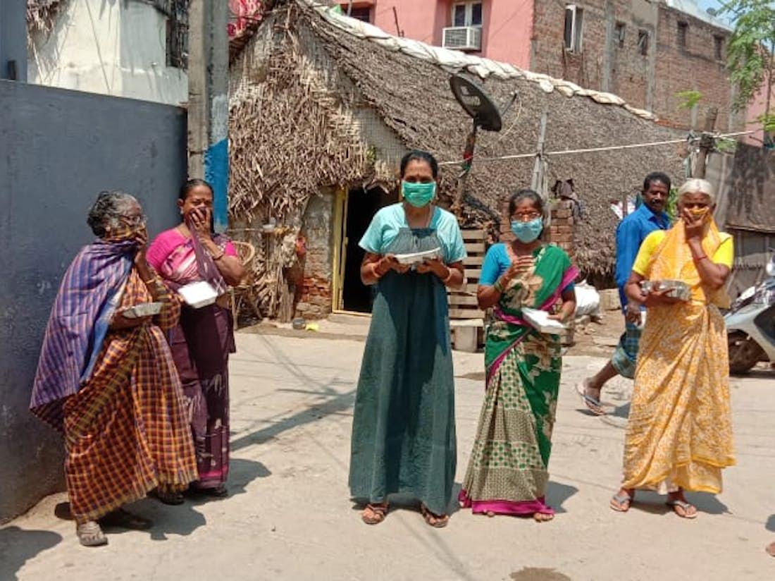 Voedseldistributie aan vrouwen in Chennai