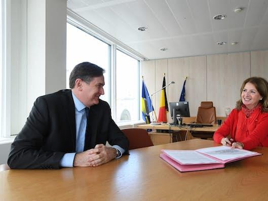 Le Secrétaire général adjoint et la représentante de la Commission d'accompagnement assis autour d'une table